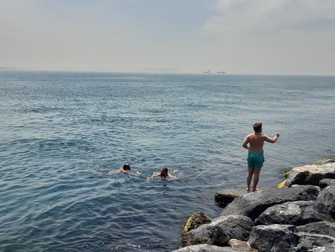 Kısıtlamasız ilk hafta sonunda vatandaşlar İstanbul Boğazı'nda denize girdi