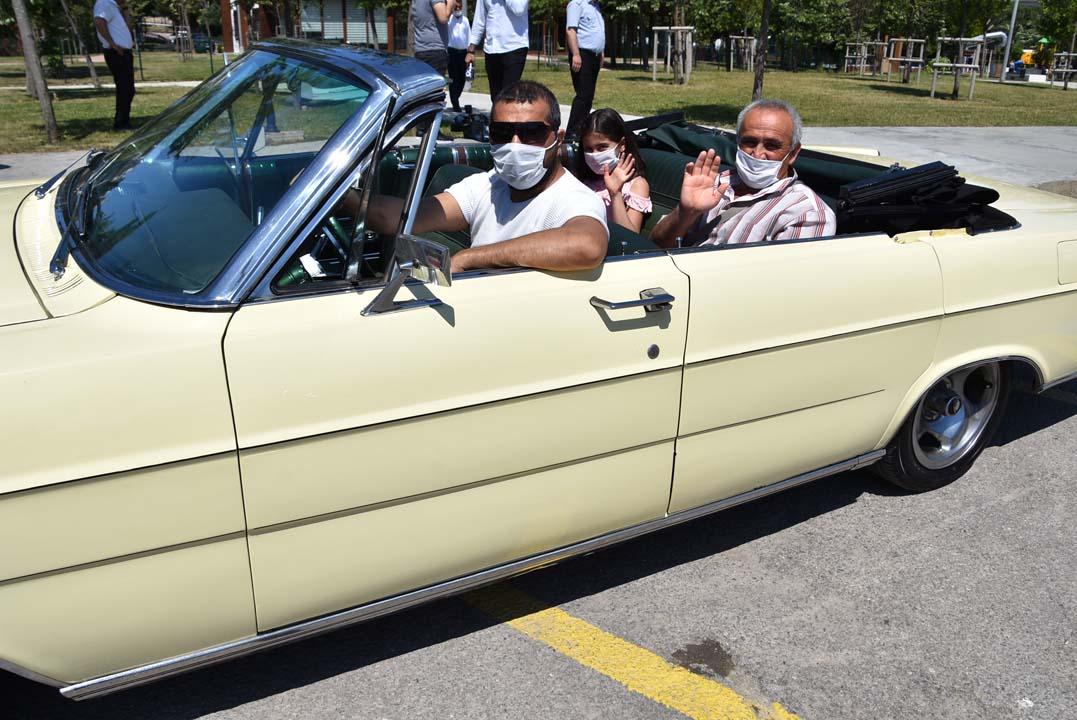 Pendik'te 65 yaş üstü vatandaşlar ''Klasik Otomobil Turu'' ile nostalji yaşadı!