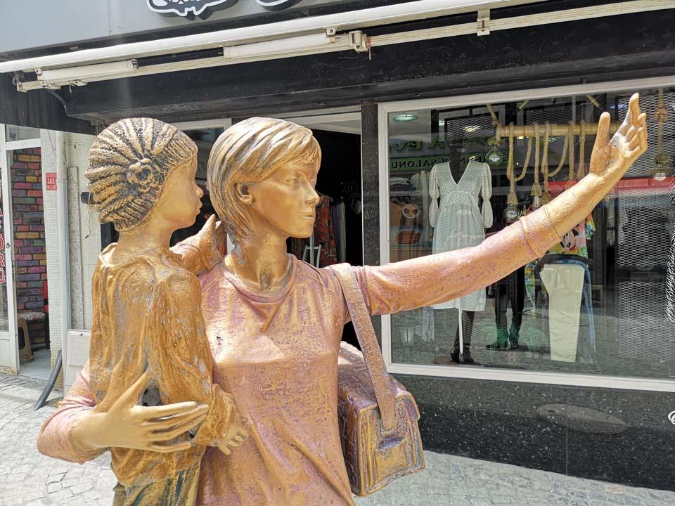 Edirne'de pes dedirten olay! Selfie yapan kadın heykelinin elindeki telefon çalındı