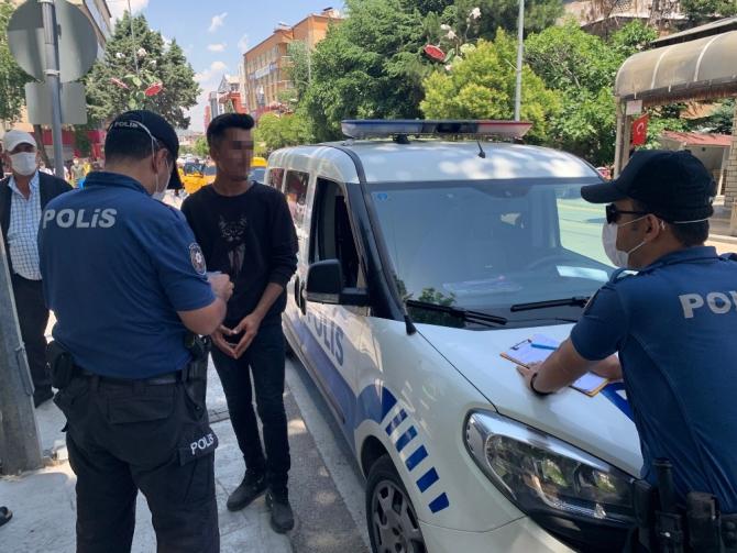 Isparta'da polisi görünce maske taktılar ama ceza yemekten kurtulamadılar