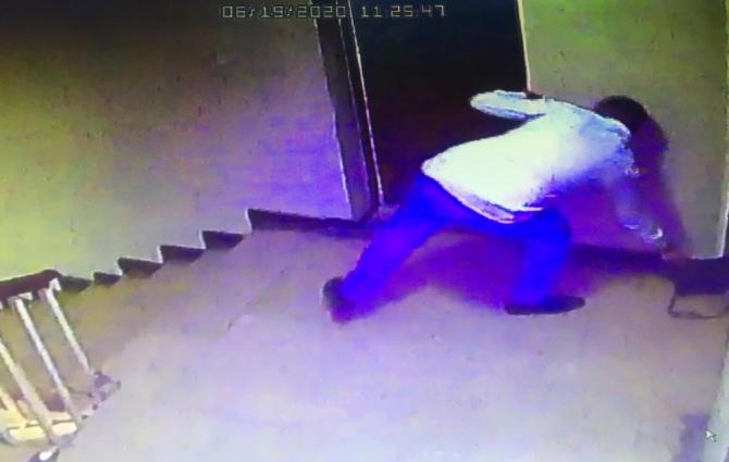 Güpegündüz gerçekleşen hırsızlık anı kamerada