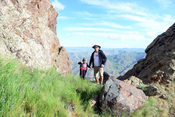 Minik Miran Asaf, dağcı babasıyla zirvelere tırmanıyor