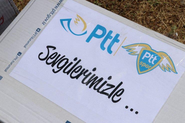 PTT, Eczacıbaşı ve İVK'den lastikten sahada voleybol oynayan çocuklara hediye