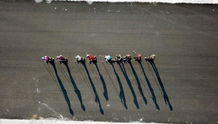 Tekerlekli kayakçılar çevre yolunda antrenman yaparak yarışlara hazırlanıyor