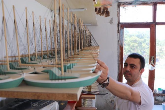El emeği ile yaptığı maket gemiler tarihe ayna tutuyor