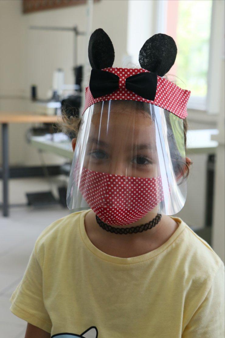 """Çocuklara kendilerini """"kahraman"""" hissettiren maskeler tasarladılar"""