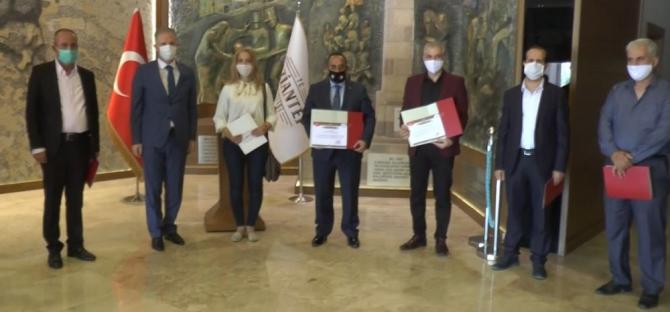 Salgın sürecinde gönüllü görev alan Suriyeli doktorlara plaket verildi