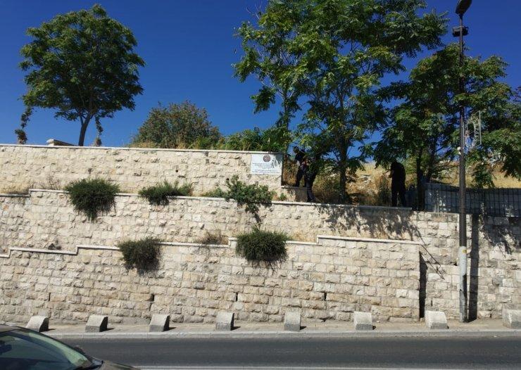 İsrail polisi Kudüs'teki mezarlıkta bulunan TİKA tabelalarını söktü