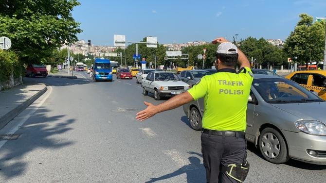 İstanbul'da polisle tıka basa dolu minibüs arasında nefes kesen kovalamaca kamerada