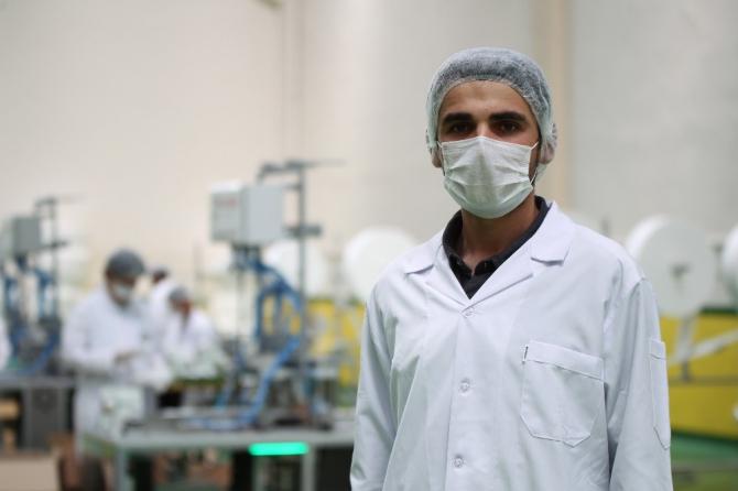 Üniversiteli genç tasarladığı makine ile günde 500 bin maske üreterek ihraç ediyor