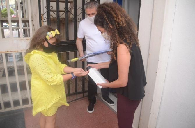 Kuşadası Belediyesi, karne alan öğrencilere uçurtma hediye etti