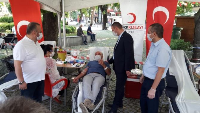 Mahalle muhtarları ve vatandaşlar kan verdi