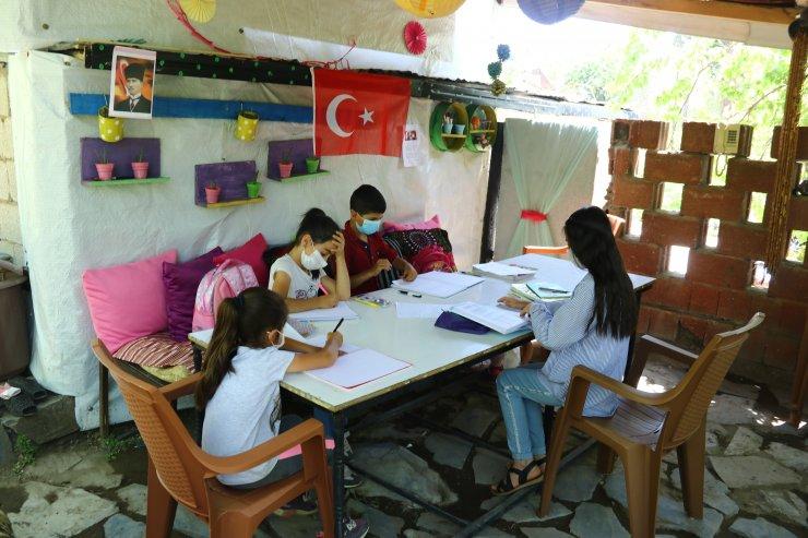 Van'da okulu özleyen öğrenciler bahçelerindeki kamelyayı sınıfa dönüştürdü