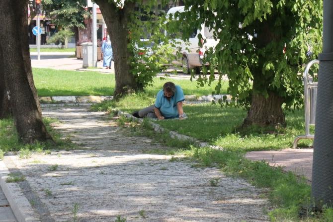 Çocuklarının sınavının bitmesini bekleyen veliler kendilerini gölgelik alanlara attı