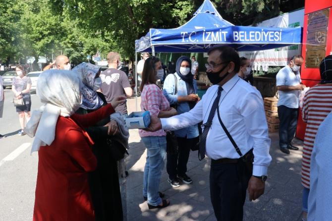 Sınava giren adaylara destek olmak için ücretsiz maske, su ve sakız dağıttı