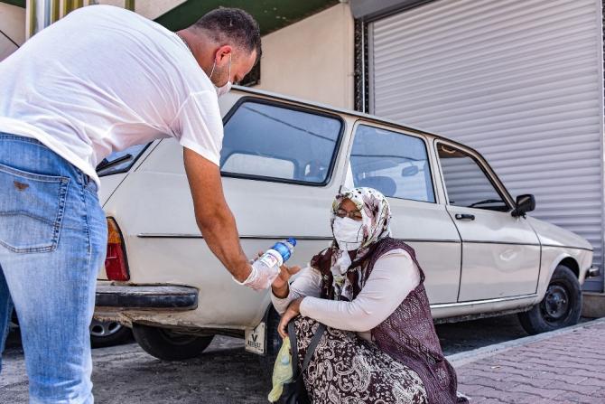 Mersin'de YKS sırasında okul önlerindeki velilere su ikram edildi