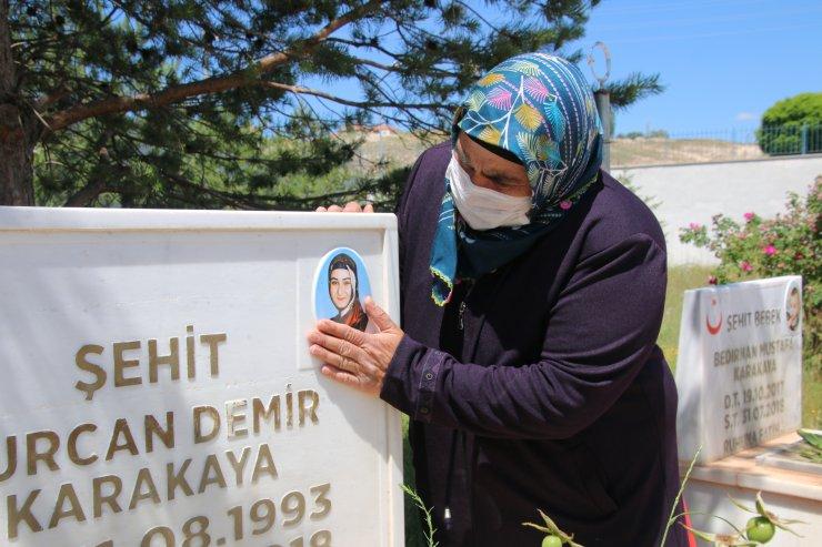 Bedirhan bebeğin anneannesi şehitlikte kızı ve torununun mezarını ziyaret etti