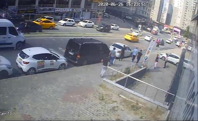 Esenyurt'ta sokak ortasında silahlı saldırı kamerada