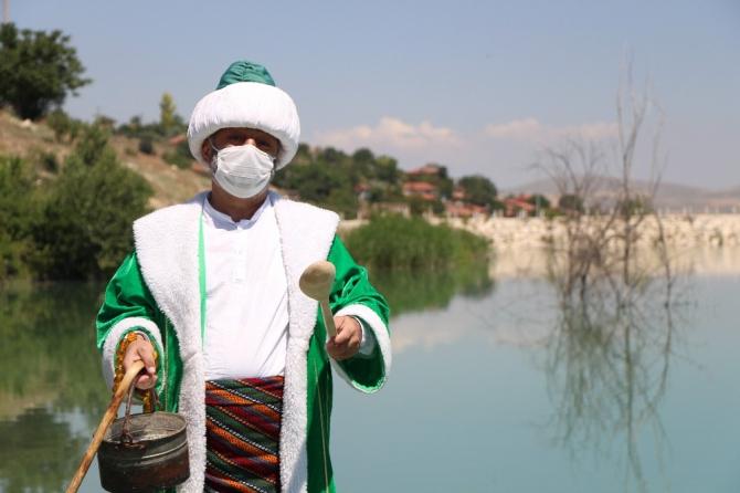 Önce eşeğe maske takıldı sonra göle maya çalındı