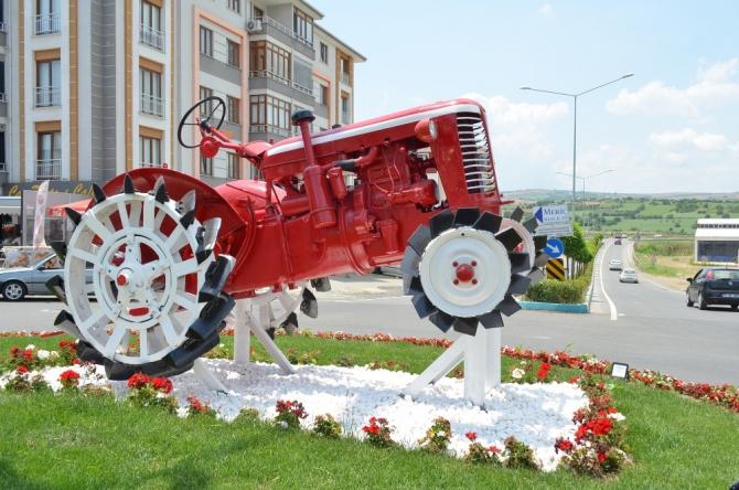 Asırlık antika traktörler meydanlara süs oldu