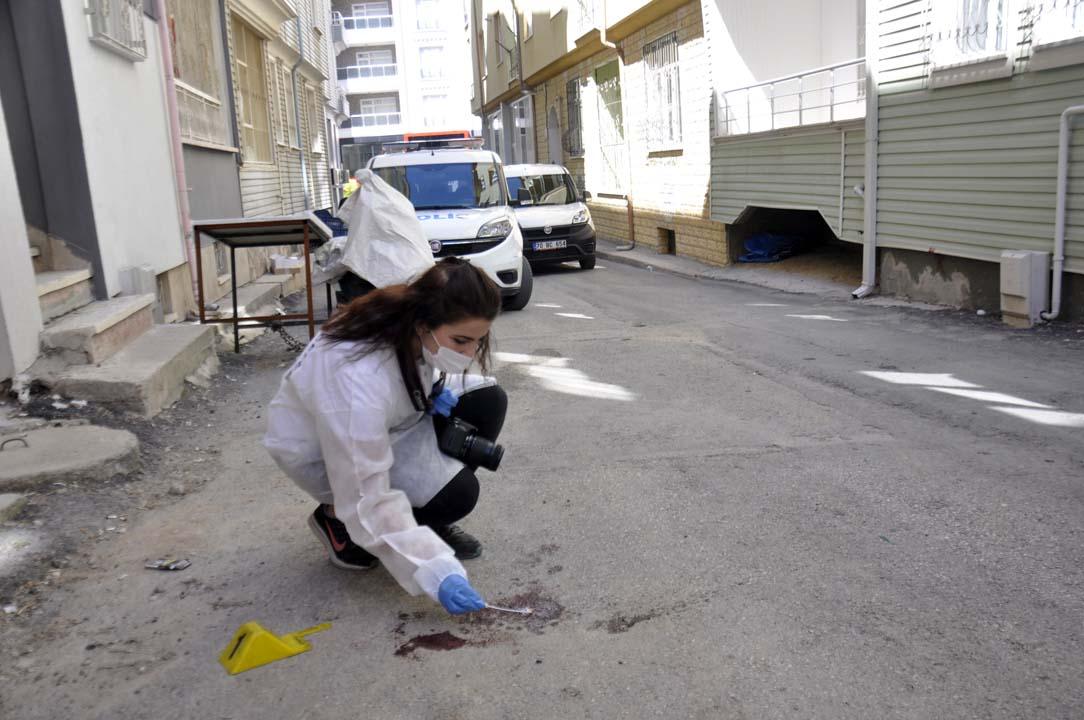 Evinin balkonundan düşen kişi sokak ortasında kanlar içinde bulundu!