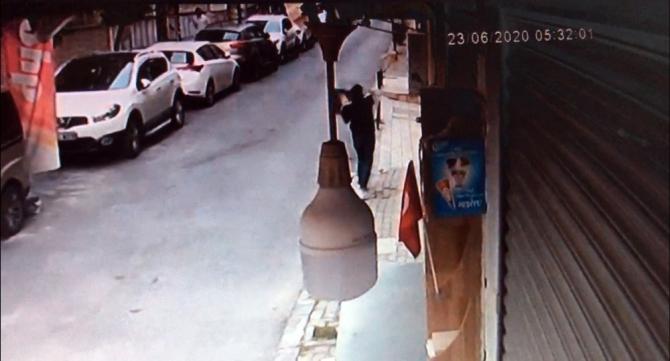 Fatih'te camdan bilgisayar atarak hırsızlık kamerada