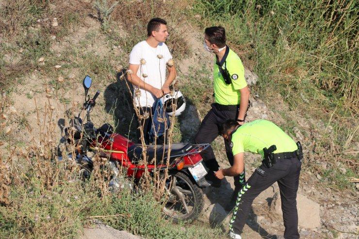 Manisa'da plakasını cerrahi maskeyle kapatan motosiklet sürücüsü cezadan kaçamadı