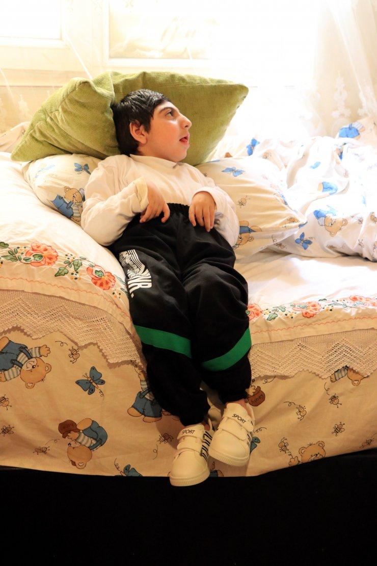 Minik Devran'a görme engelli dedesi ile babaannesi kol kanat geriyor