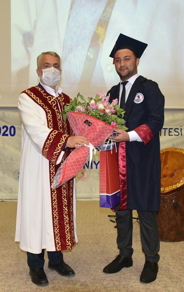 """OMÜ Tıp Fakültesi mezunları """"sosyal medya"""" üzerinden hekimlik yemini etti"""
