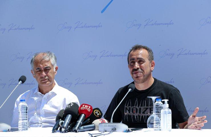 Sağlık çalışanları, Kovid-19'a yenik düşen meslektaşları için türkü seslendirdi