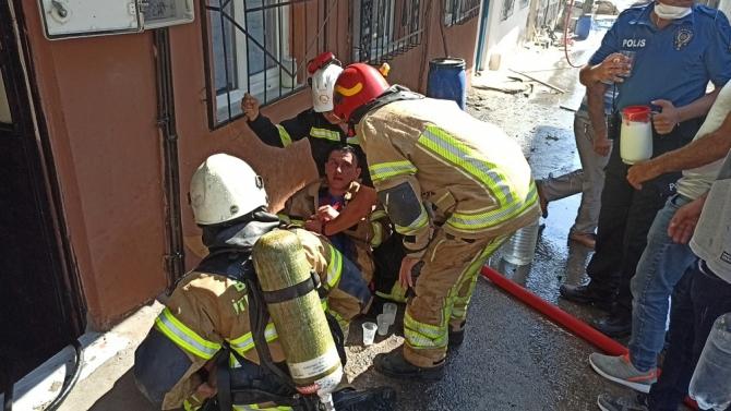 Bursa'da 4 ev alevlere teslim oldu, 2 itfaiye eri zehirlendi