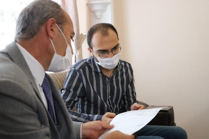 Kardeşinin ilik bağışı ile kanseri yendi, rektör diplomasını evinde teslim etti