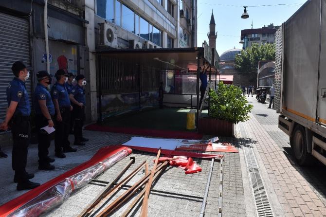 Osmangazi'de yaya yoluna kurulan çay ocağı kaldırıldı