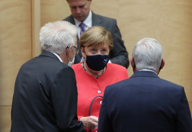 Başbakan Merkel, eleştiriler üzerine maskeli ilk kez görüntülendi