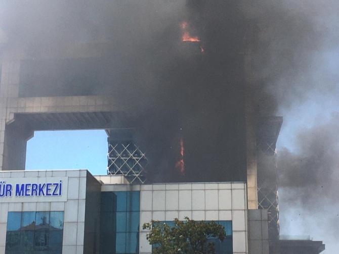 Bayrampaşa Mehmet Akif Ersoy Kültür Merkezinde korkutan yangın