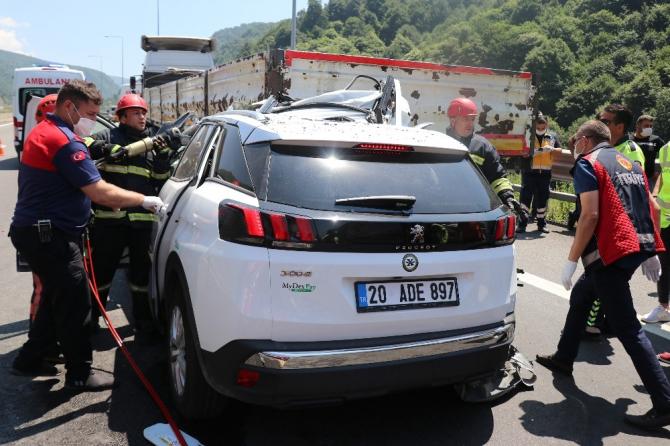 TEM'de otomobil tıra ok gibi saplandı: 2 ölü 1 yaralı