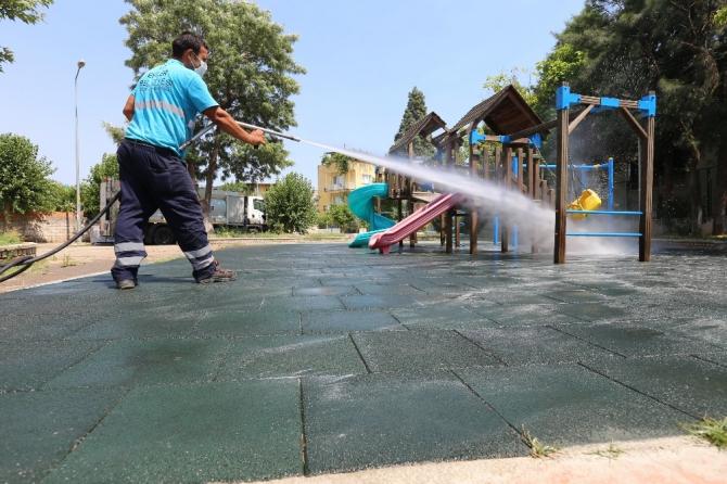 Efeler Belediyesi parkları kauçuk zeminle kapladı