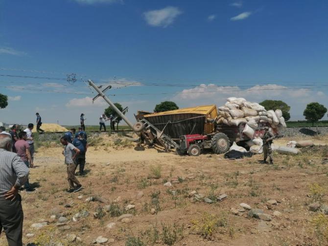 Yük treni traktöre çarptı: 1 ölü, 2 yaralı
