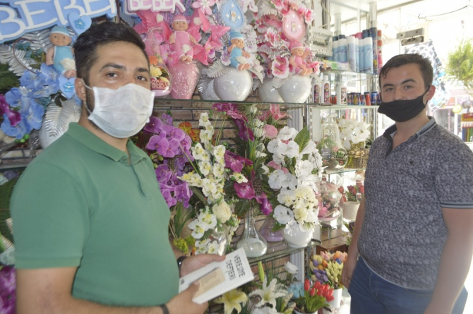 Çiçek alanlara şiir kitabı hediye ediyor