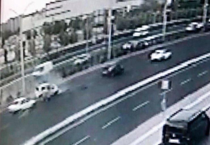 Otomobili sıkıştırılan kadın sürücünün direğe çarptığı anlar kamerada