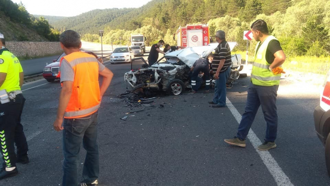 Tırla otomobil kafa kafaya çarpıştı: 1 ölü, 2 yaralı