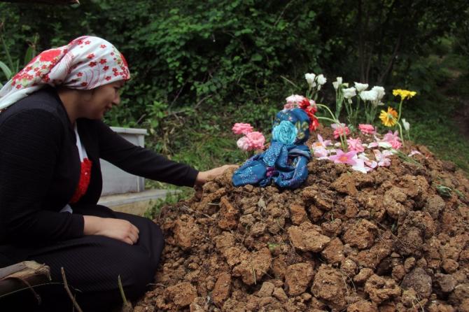 Her gün kızının mezarı başında gözyaşı döküyor