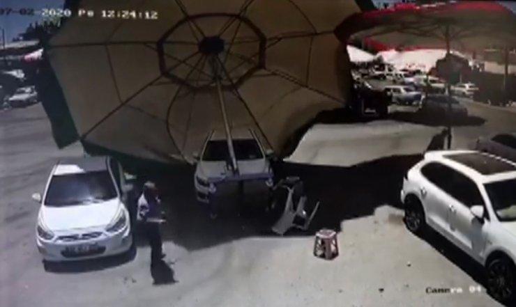 Hortum pazar şemsiyesini böyle uçurdu
