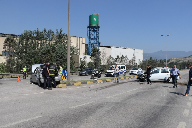 İki otomobilin çarpıştığı kazada LPG tankı yola fırladı