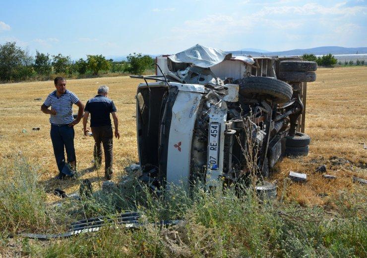Korkuteli'de otomobille kamyon çarpıştı: 1 ölü, 1 yaralı