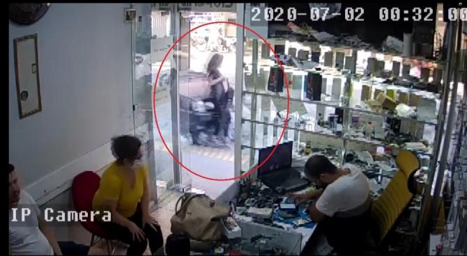 Kaldırımda yürüyen kadına otomobilin çarpma anı güvenlik kamerasında