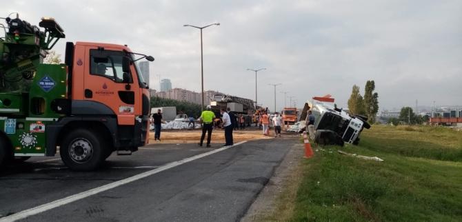 TEM Hadımköy'de tır ile otomobil çarpıştı: 3 yaralı