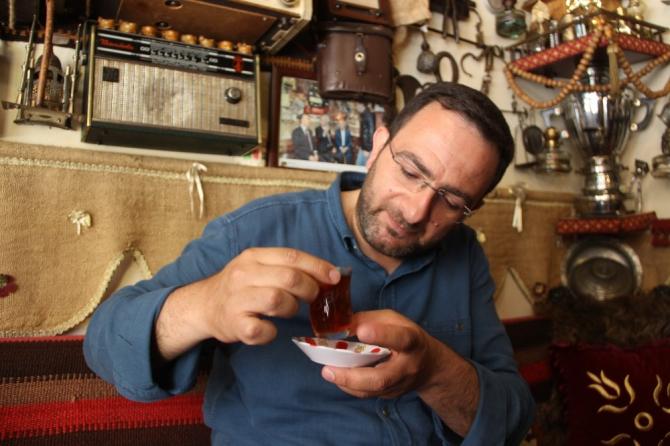 Müşteriye özel isimli çay bardağıyla virüse önlem alıyor