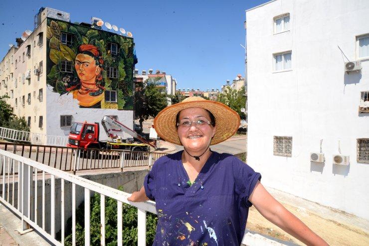 40 derece sıcakta 'Frida Kahlo'nun eserini resmediyor
