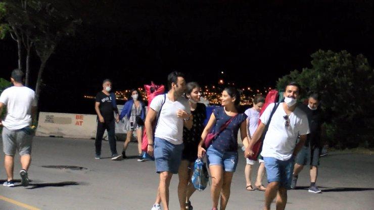 Kadıköy Caddebostan Sahili'nde maske unutuldu